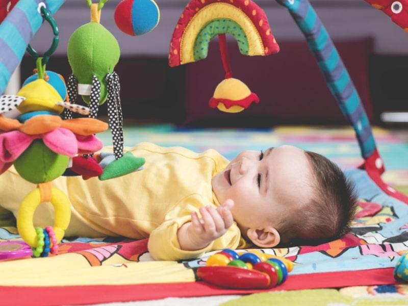 Đồ chơi đa dạng màu sắc để kích thích thị giác và trí não của bé